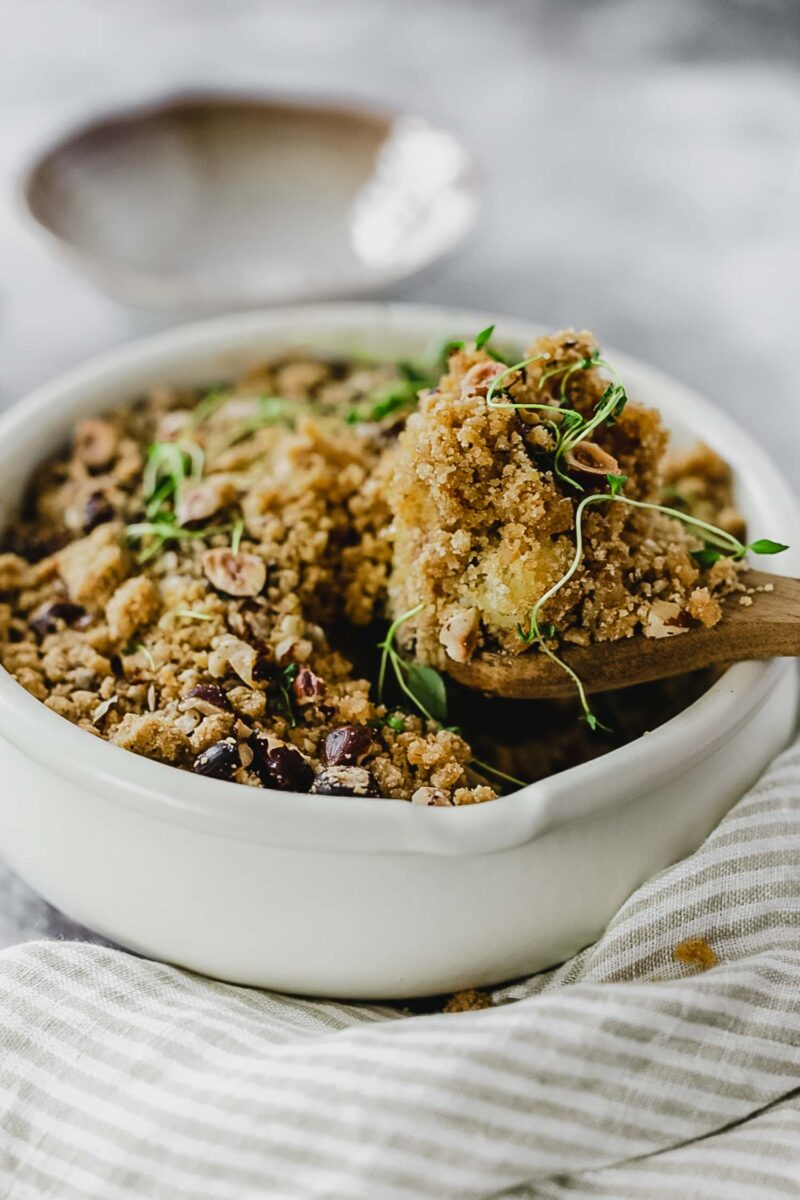 Recette vegan crumble panais, pomme de terre, thym frais et noisettes