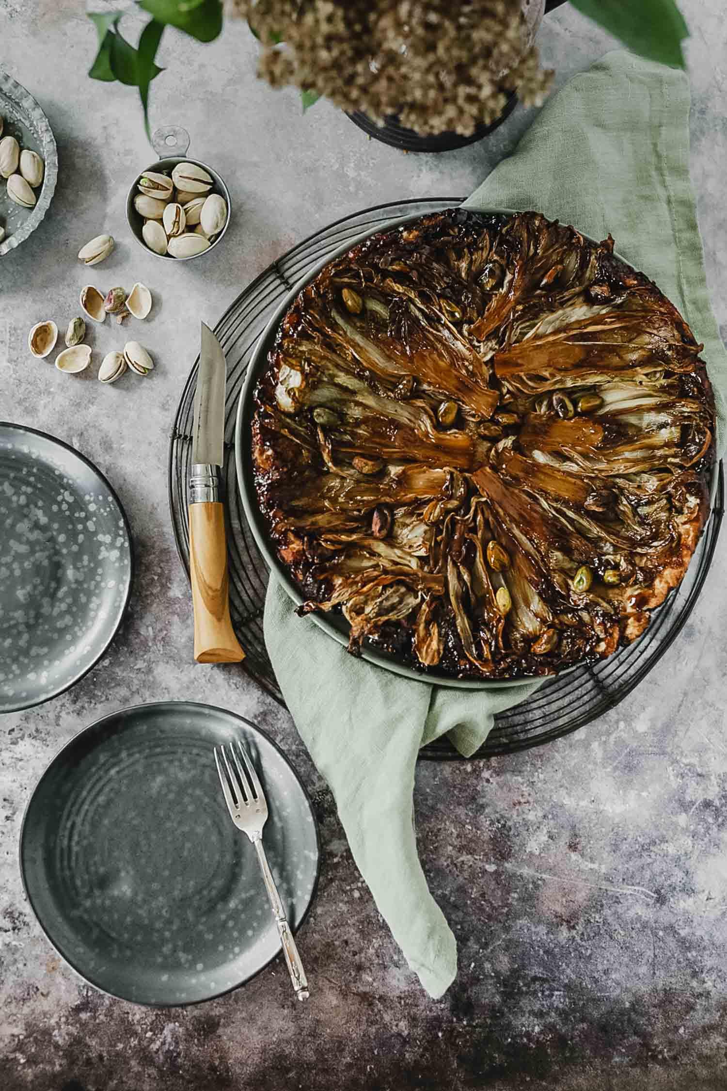 Recette vegan tarte tatin d'endives au sirop d'érable et pistaches