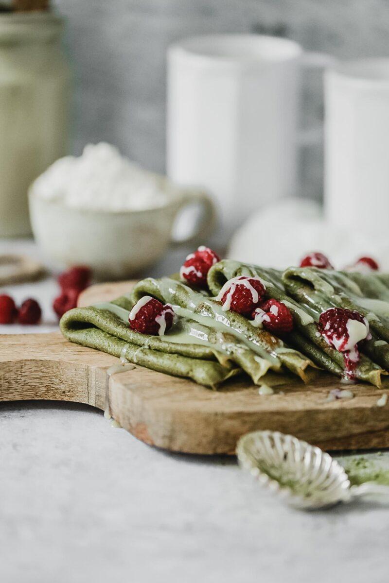 Recette crêpes vegan au thé matcha, chocolat blanc et framboises