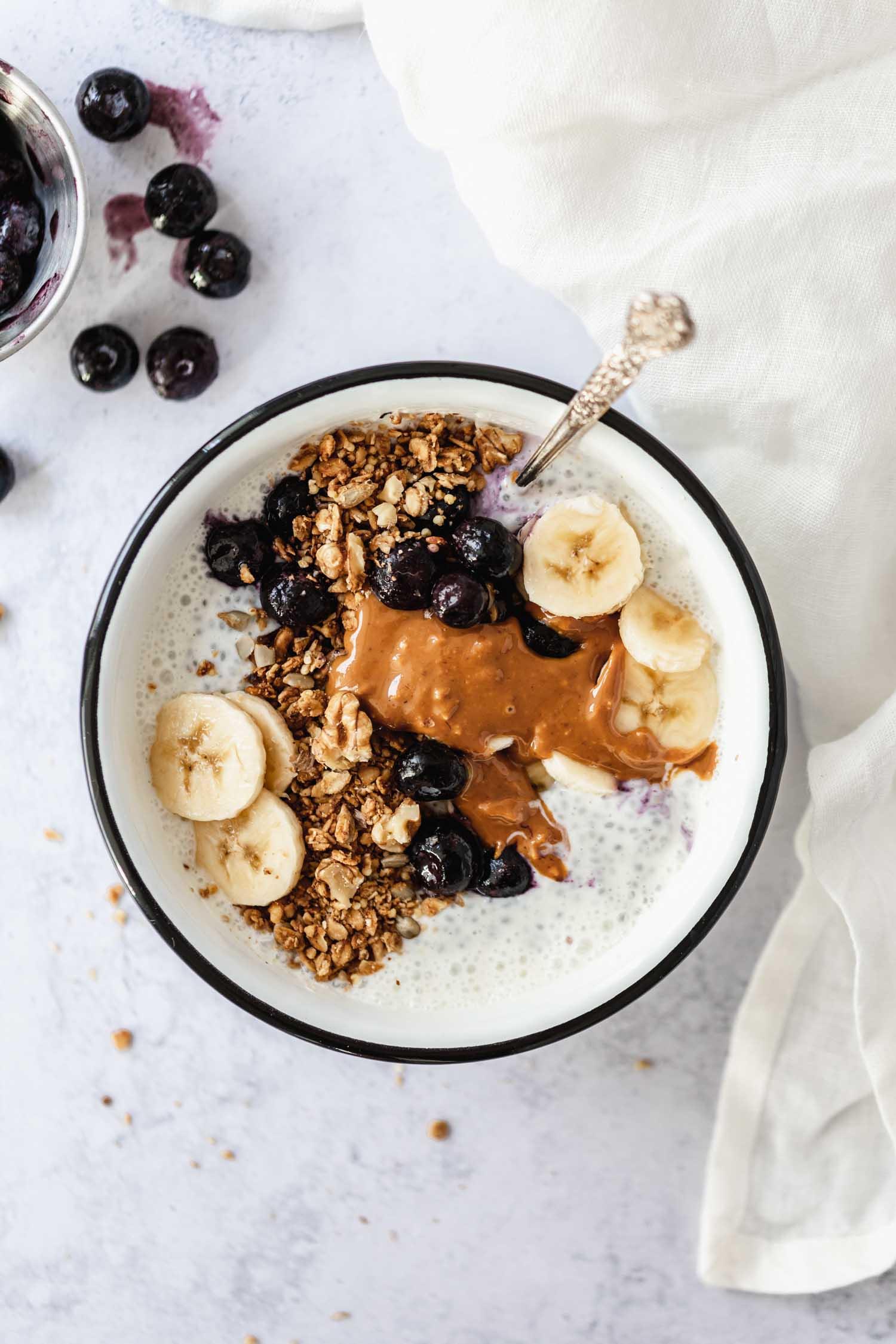 Recette vegan granola bowl sain Nümorning, graines de chia, banane et myrtilles